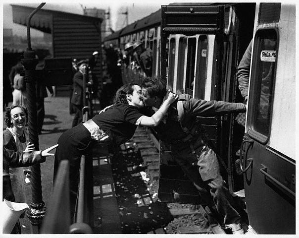 Vintage Photos of Soldiers Kissing Their Loved Ones (3)