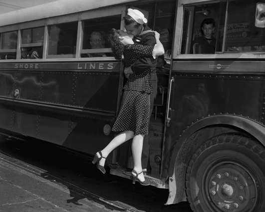 Vintage Photos of Soldiers Kissing Their Loved Ones (4)